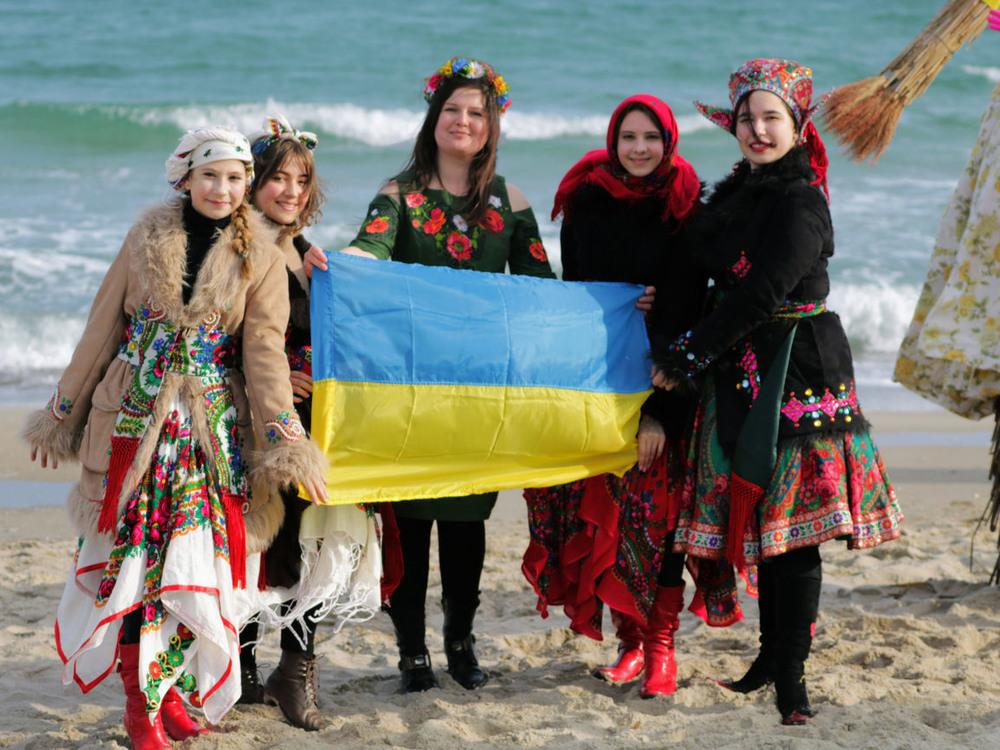 У нас з Робертом традиція брати з собою в подорож і на свята прапор. Також  в подорож беру з собою п'ять українських суконь (білу, червону,блакитну, зелену, жовту) і скоро колекція поповниться довгою в підлогу сукнею.  Завжди дуже приємно ділитися часткою нашої культури, будь то на Україні або в будь-якій країні. Навіть звичайний сірий день в національнiй сукнi перетворюється на свято.