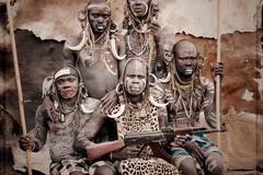 1 Кочевое племя Мурси, живет на юго-западе Эфиопии. В соответствии с переписью 2007 года, их численность составляет 7500 человек. Они, по праву, считаются самой агрессивной этнической группой, т.к. практически все мужчины племени имеют автоматы Калашникова, нелегальным образом доставленные в селения. Девиз племени Мурси: «Лучше умереть, чем жить, не убивая». Уникальной особенность данного племени также является особое «украшение» женщинами своих губ глиняными тарелками называемыми «дэби».