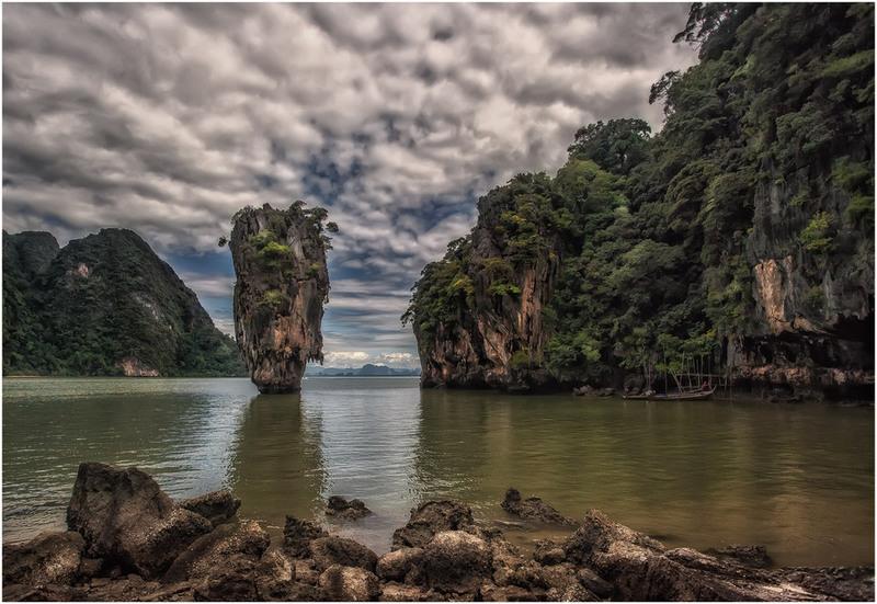 о.Джеймса Бонда - маленький известняковый островок в заливе Пхангнга северо-восточнее Пхукета. Автор: Александр Вивчарик