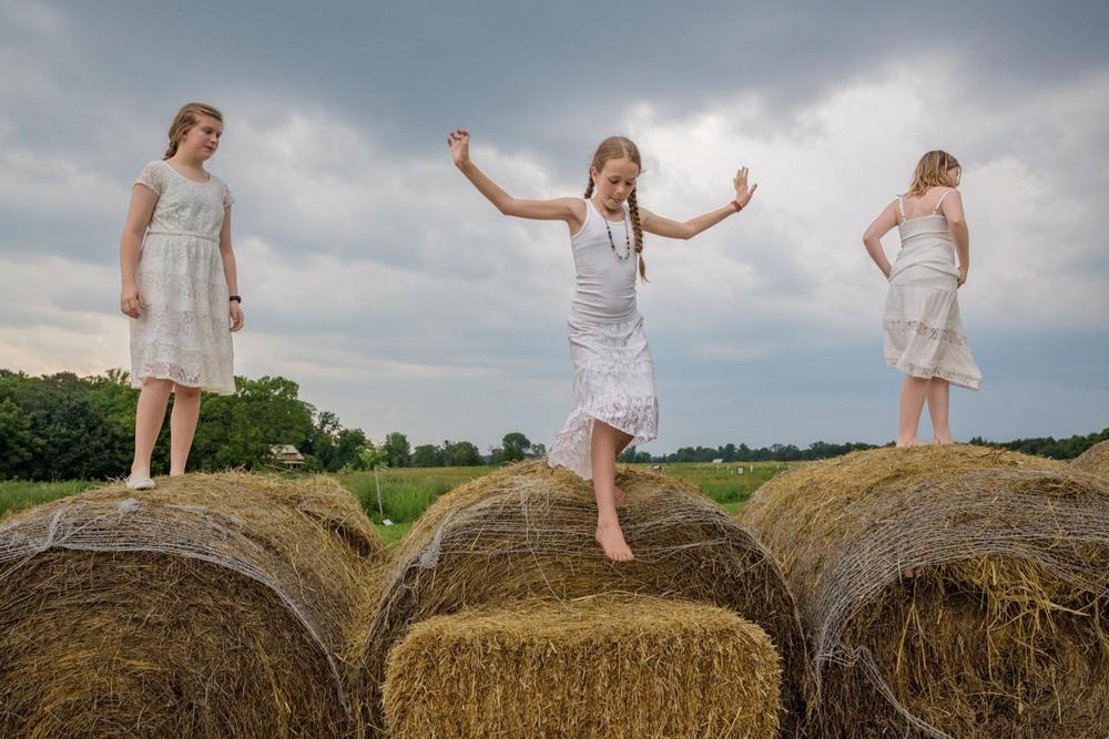 5 Автор: Китра Кахана. 13-летняя Эмма Лэнгли, 10-летняя Камиль МакКей и 10-летняя «Эмеральд» Шин весь день играют в дочки-матери на ферме в Кентукки.