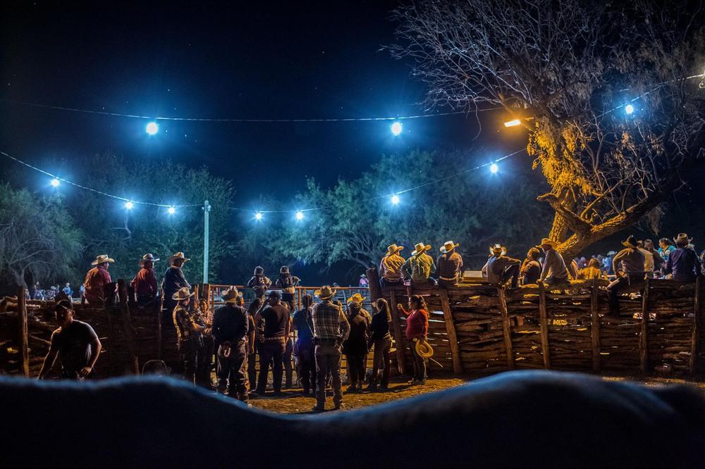 7 Автор: Кирстен Люс. Прошлой осенью сотни людей в Альенде собрались на кабальгату, праздничное шествие ковбоев, которое завершается вечерним родео.