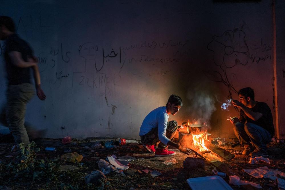10 Автор: Мухаммед Мухейсен. 16-летний Хамид готовит еду в заброшенном доме в Сиде.