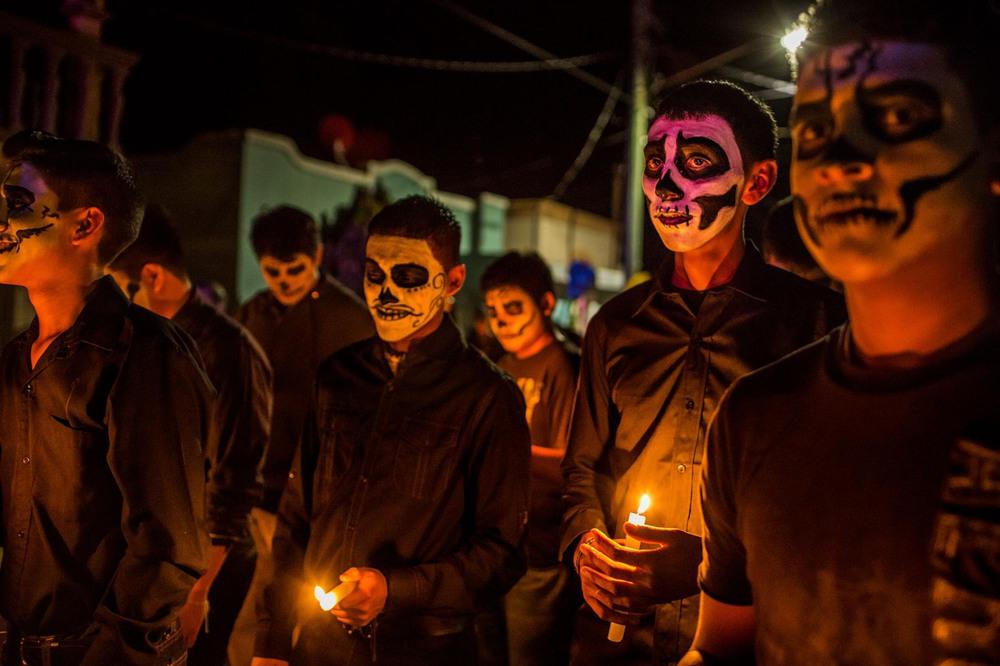 11 Автор: Кирстен Люс. В 2011 году картель Зетас в стремлении отомстить членам, которых посчитали информаторами, пронёсся по Альенде и соседним городам, убив десятки и, возможно, сотни людей. Для этой общины День мёртвых, праздник, когда мексиканцы чтят своих предков, выдался особенно трогательным.