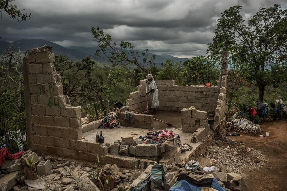 14 Автор: Андреа Брюс. 85-леняя Роуз Дена пытается расчистить то, что осталось от её дома в горах на юге Гаити более чем через месяц после урагана Мэтью, прошедшего в октябре 2016 года.