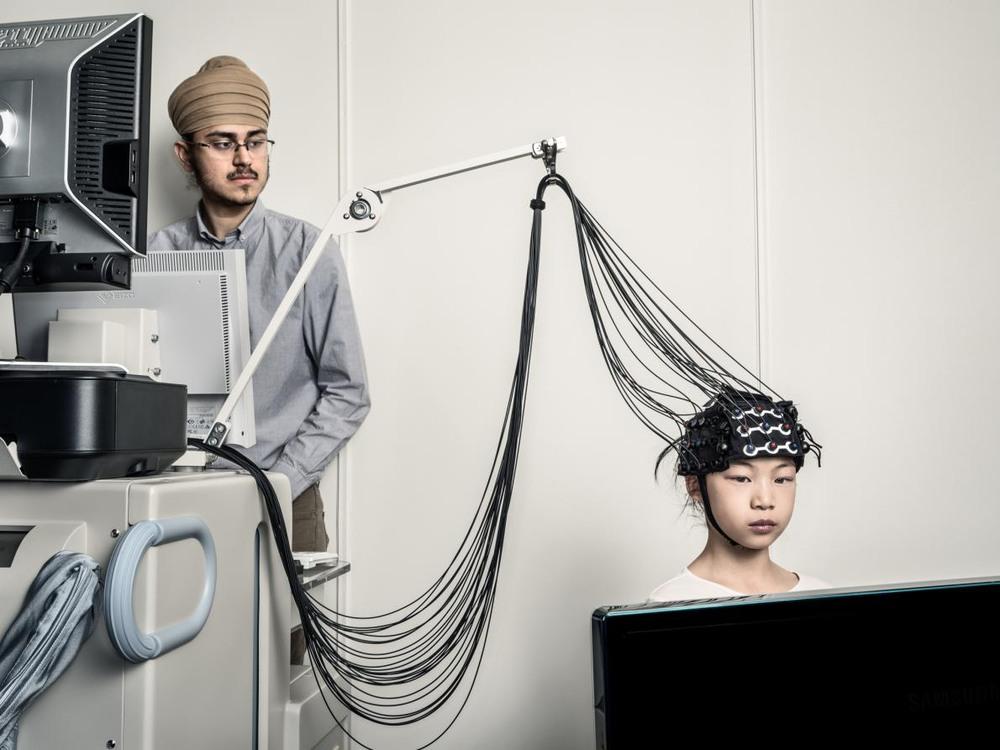 21 Автор: Дэн Уинтерс. Естественный этап развития ребёнка – обучение лжи. Психолог в Университете Торонто Канг Ли исследует, как с возрастом дети становятся всё более изощрёнными лжецами. Научный сотрудник Даршан Панесар и девятилетняя Амелия Тонг используют функциональную спектроскопию в ближней инфракрасной области, которую применяет в своих исследованиях Ли.