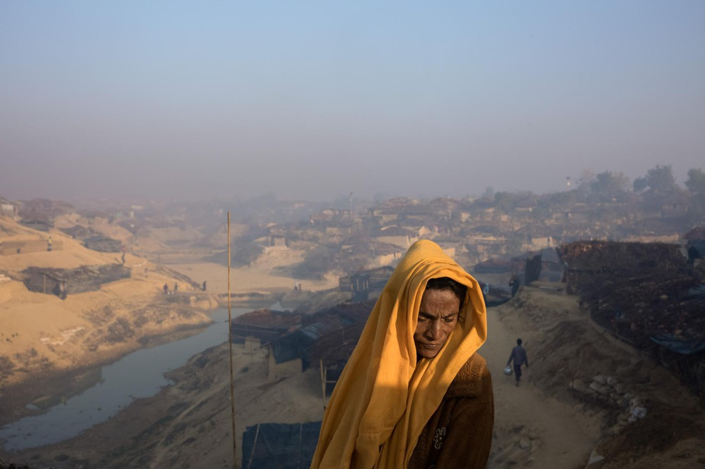 31 Автор: Уильям Дэниелс. Беженка на плато рядом со своей хижиной в недавно построенной части лагеря Кутупалонг. Большинство представителей этнической группы рохинджа недавно перебрались сюда, спасаясь от террора в Мьянме.