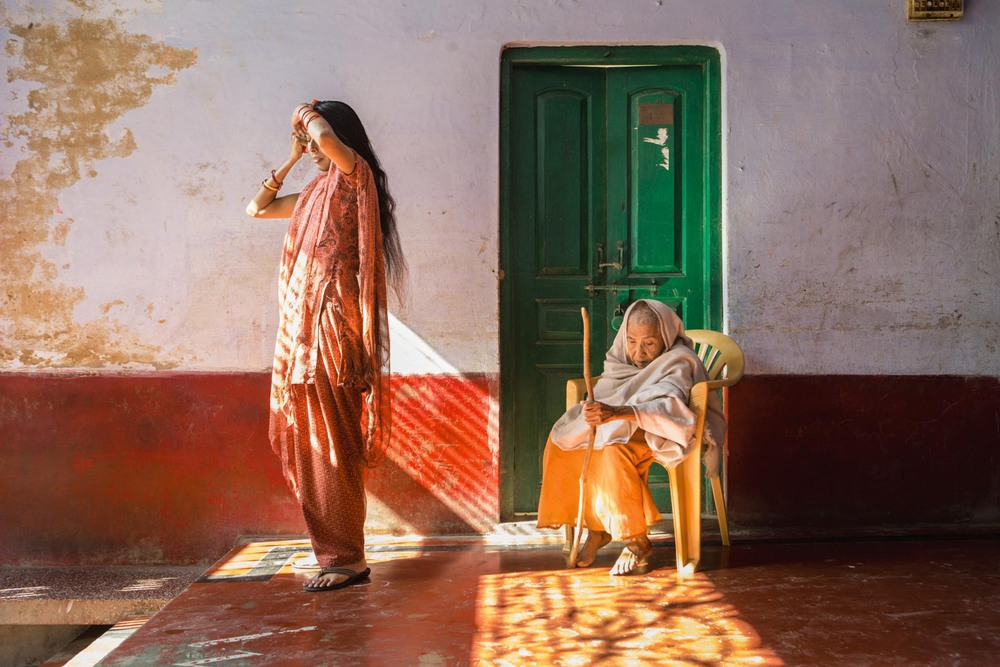 32 Автор: Эмми Тансинг. В приюте Вриндавана, известного как «город вдов»: Лалита (справа) носит остриженные волосы и белую одежду, что в её культуре – обязательные атрибуты вдовства. Сотрудница приюта Ранджана тоже вдовствует, но она гораздо моложе и менее скована традициями и обычаями.