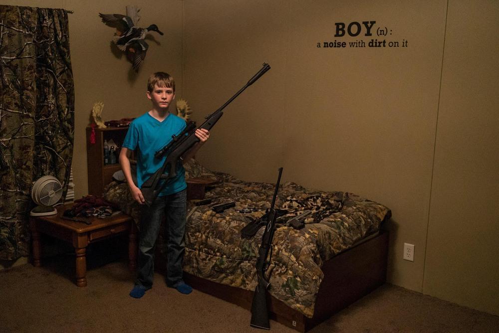 35 Автор: Пит Мюллер. 11-летний Дрю Мур позирует со своей коллекцией пневматического оружия в собственной спальне. В этой арканзасской общине охота и мужественность тесно переплелись: «Дело не в том, что нам не нравятся люди, которые не охотятся, – говорит его мачеха Калли, – но нам действительно нравятся те, кто это делает».