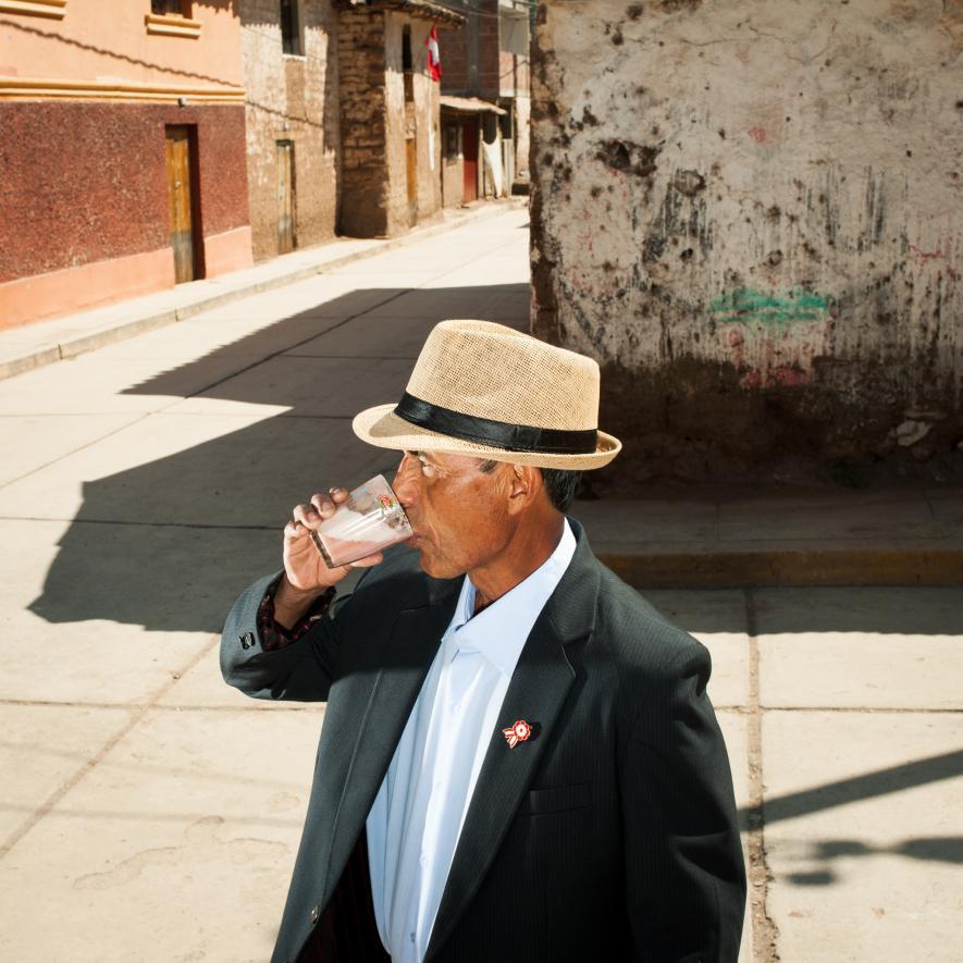 38 Автор: Брайан Финке. Выйдя из чичерии в городе Ламай, Перу, в Священной долине инков, Люцио Чавес Диас выпивает стакан чичи frutillada – кукурузного пива со вкусом клубники. Это сегодня нам знаком чистый вкус пива, вина и других алкогольных напитков, а раньше в них добавляли всё что угодно, от сосновых иголок до древесных смол и мёда.