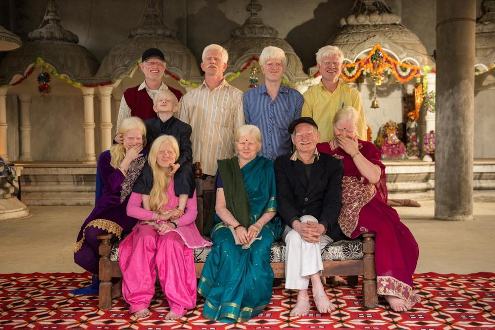 40 Автор: Стефани Синклер. В индуистском храме около своего дома в Дели, Индия, три поколения одной семьи, страдающей альбинизмом, позируют для семейного портрета.
