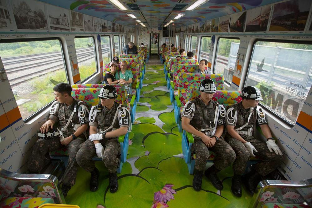 41 Автор: Дэвид Гуттенфельдер. Поезд мира несёт южнокорейских солдат и туристов из Сеула к железнодорожным станциям в демилитаризованной зоне. В каждом вагоне своя тема – мир, любовь и гармония. Их так оформили, чтобы вселить надежду на примирение.