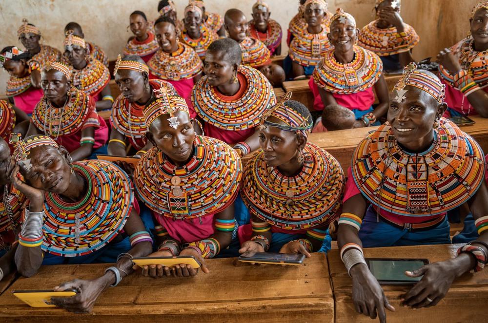 42 Автор: Сирил Язбец. Желание научить своих детей пользоваться компьютерами привело этих женщин народа самбуру в учебный класс посёлка к северу от Найроби. В настоящее время технологии просачиваются в изолированные регионы Африки в основном в виде относительно недорогих сотовых телефонов.
