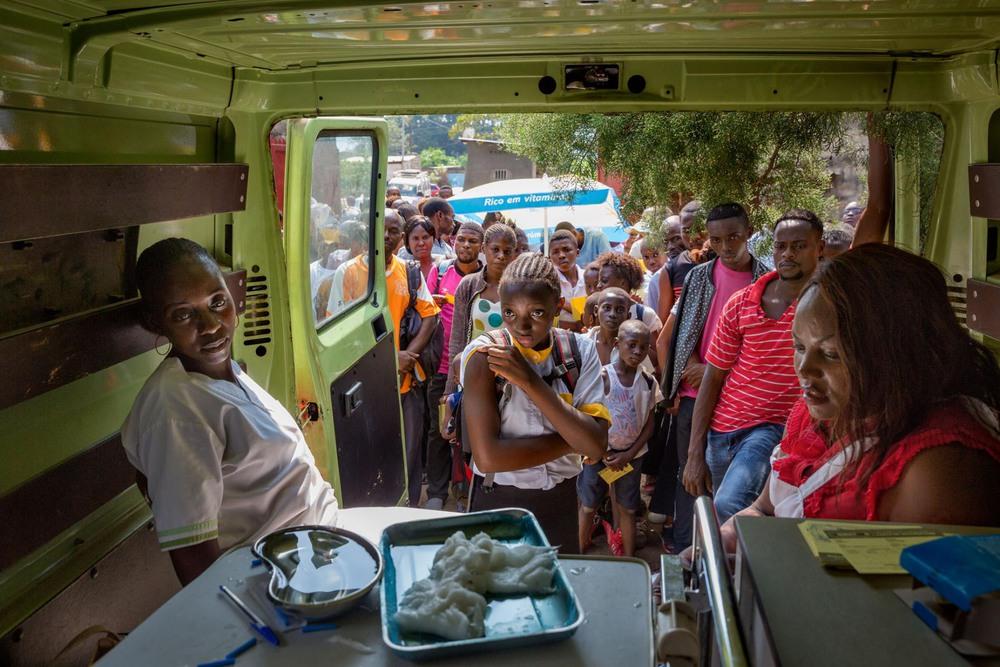 44 Автор: Уильям Дэниелс. В 2016 году, когда вспышка жёлтой лихорадки распространилась из соседней Анголы, и не хватало вакцины, медицинские работники изо всех сил пытались сделать прививки всем 350 000 жителей города Матади. На фото – импровизированная клиника в заброшенном грузовике.