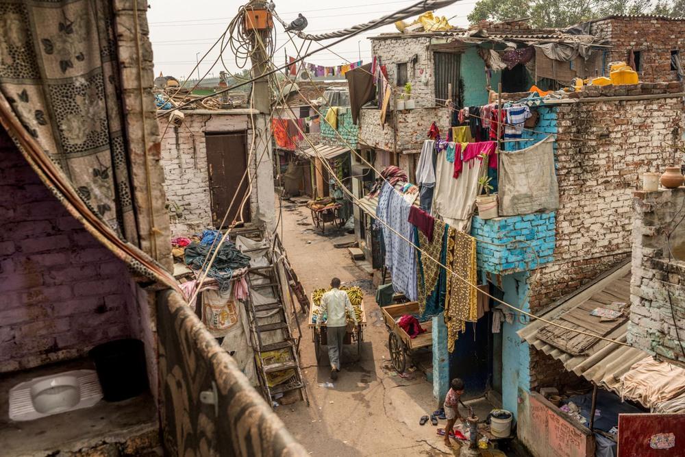 45 Автор: Андреа Брюс. Благотворительные организации потратили 28000$ на прокладывание канализации в Басти Сафеда; 62 домашних хозяйства подключили к отдельным туалетам, некоторые из них на крышах (внизу слева). Однако большинству жителей по-прежнему приходится носить воду для нужд из кранов на улице.