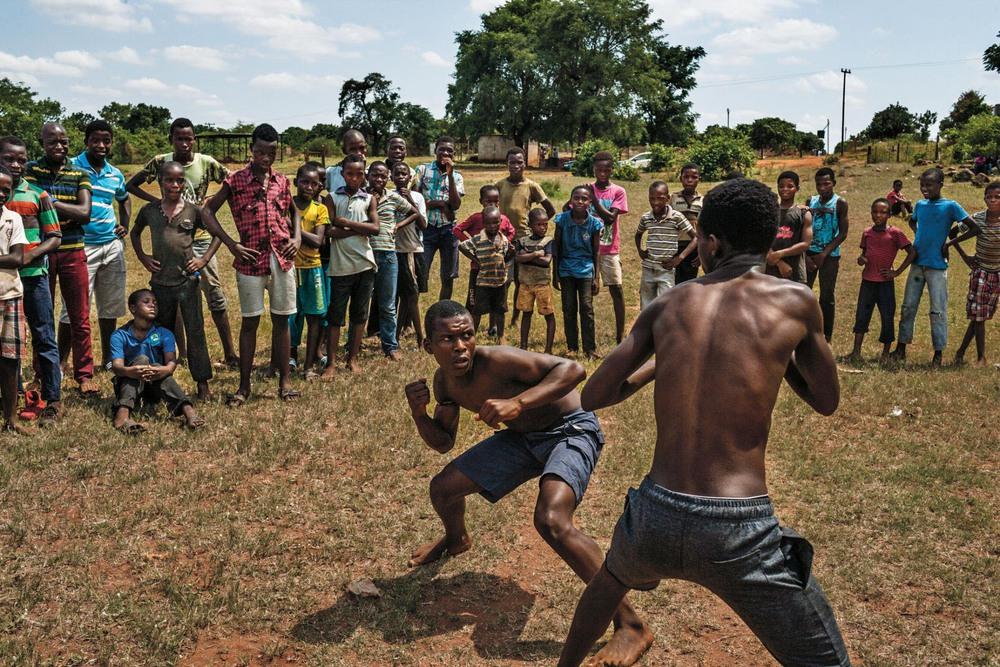 46 Автор: Пит Мюллер. Беспощадный кулачный бой мальчишек из народа венда в Южной Африке. Эта традиционная борьба называется мусангве. Для мальчиков от девяти лет это способ выплеснуть мужскую энергию и проверка на агрессию. Взрослые наблюдают за боями, чтобы сдержать насилие.