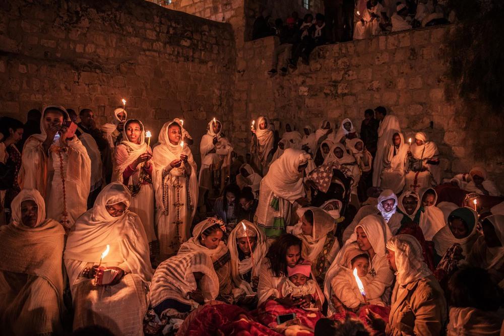 48 Автор: Алессио Ромензи. Эфиопские православные паломники празднуют Пасху на крыше храма Гроба Господня. В продолжительном споре с египетскими коптами эфиопские монахи занимали монастырь на крыше уже более 200 лет.