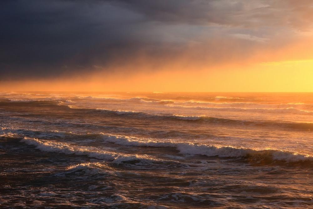 Коснулось солнце горизонта... Автор: Ольга.
