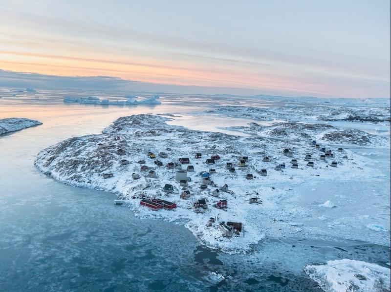 14 Деревня Исорток, Гренландия. 64 жителя этой деревушки Исорток, которая находится вдали от цивилизации, по-прежнему занимаются охотой и рыбалкой. Они употребляют традиционную пищу инуитов, а также, продукты, которые покупают в супермаркете – большом красном здании на переднем плане. Автор - Мэттью Пэйли.