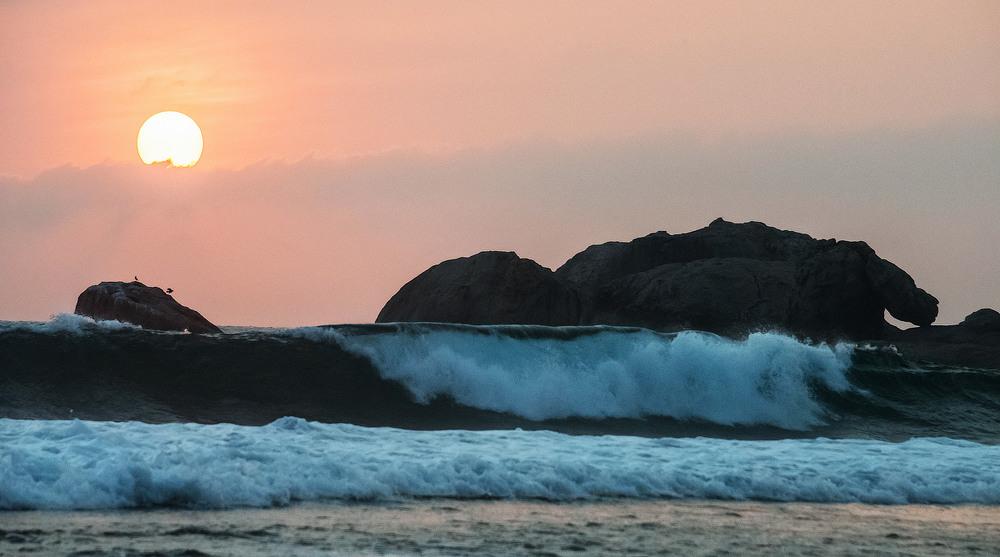 2. Практично по всій береговій лінії яка складає 1340км. можна безперешкодно  милуватись сходом чи заходом над океаном.