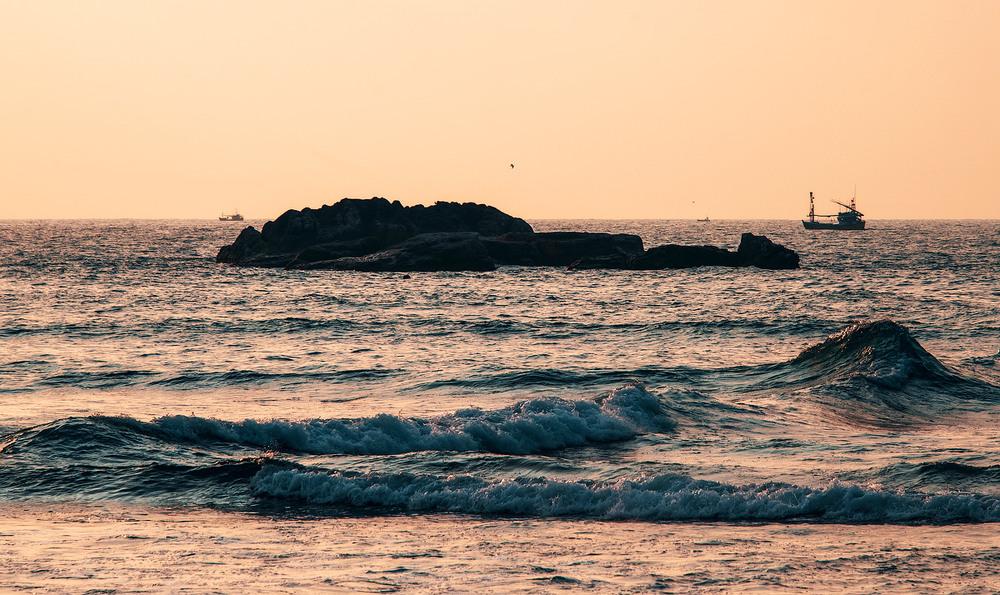 3. Океан досить не спокійний, а зразу за піщаним берегом в воді починаються кам'янисті нарости.