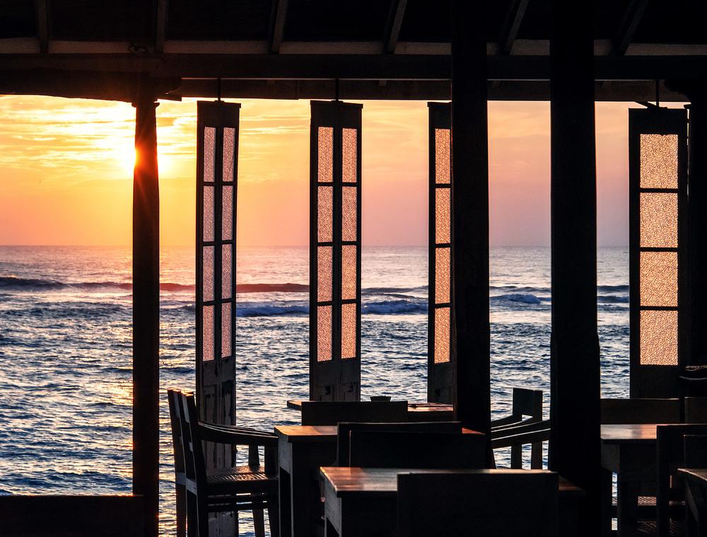 5. З ресторанчиків на узбережжі, спостерігати за океаном одне задоволення. Морепродукти досить дешеві та смачні. На кухню краще не заходити :)