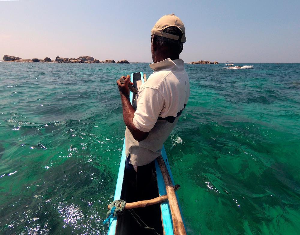 6. Місцевий народ за 10-15$ на не зручній лодці, з радістю відвезе до віддалених скель в океані.