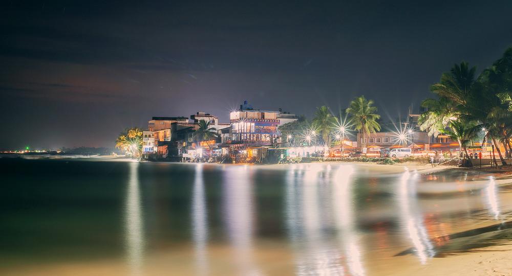 10. Ніч на березі океану по своєму гарна, а весь острів чудово освітлюється.