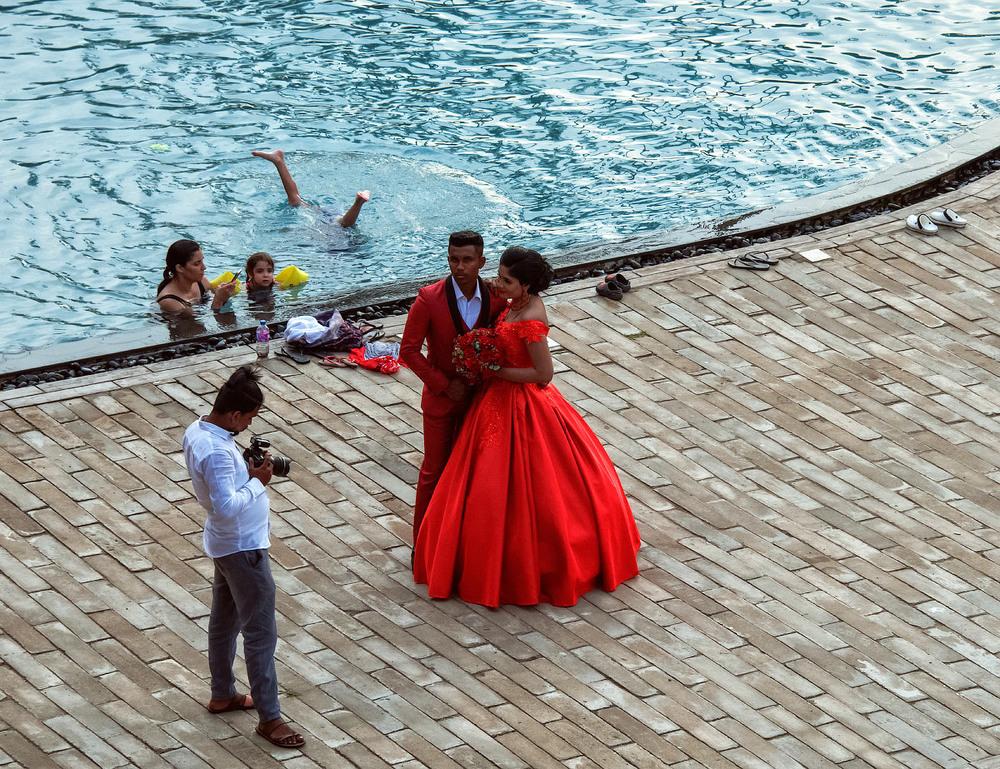 11. Заможні ланкійці, чомусь полюбляють влаштовувати весільну фотосесію саме на території хорошого готелю і в присутності  багатьох відпочиваючих. Виглядає це іноді досить кумедно.