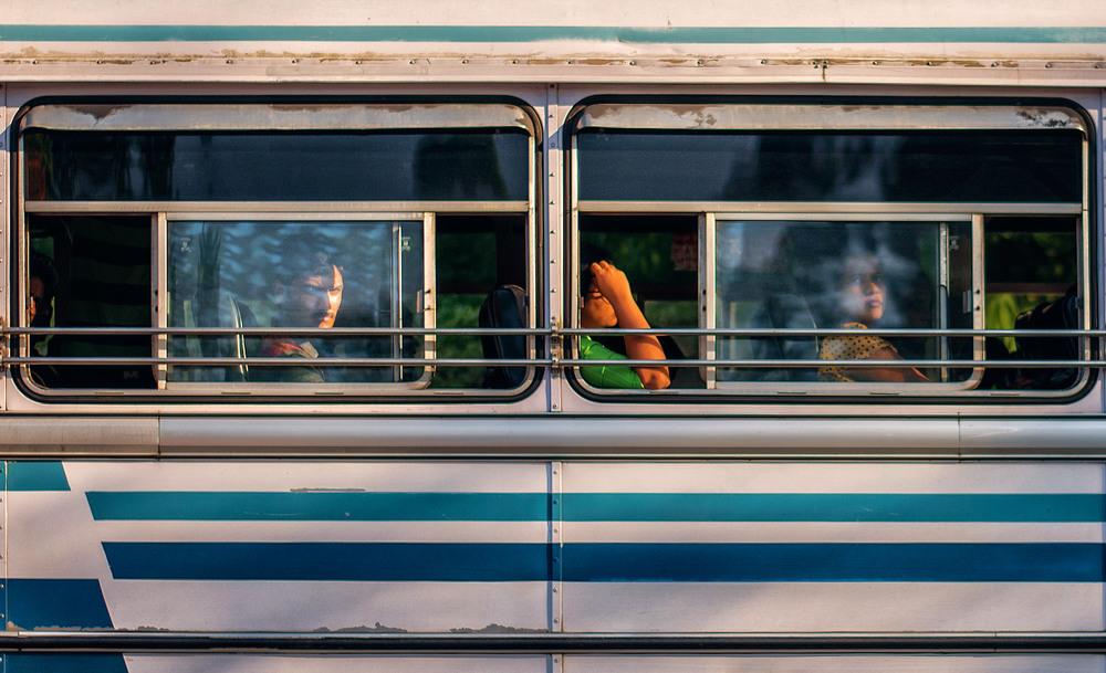 15. Робочий клас переміщується на великих індійських автобусах, які носяться по вузьких вулицях з неймовірною швидкістю.