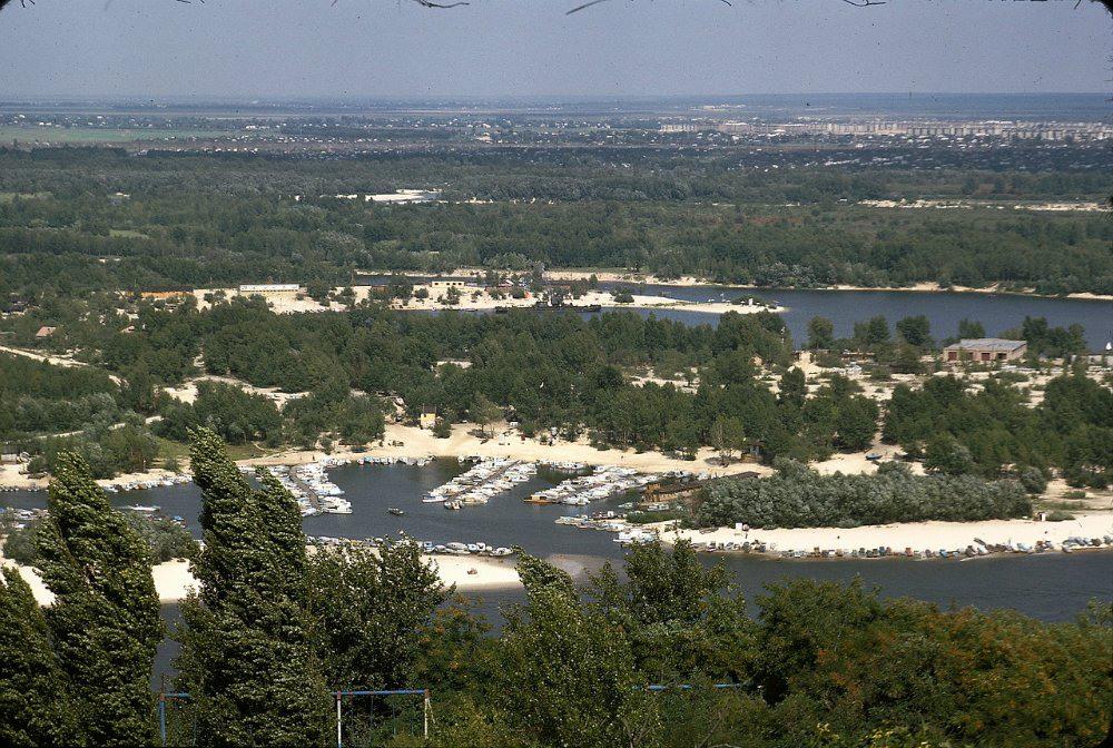 2 Матвеевский залив и Труханов остров. Вдали видны только строящиеся дачи на Русановских садах. Тогда это было почти за городом. Нет ещё ни Лесного, ни Комсомольского массива. Залив, который напротив нас, сегодня заметно уменьшился. И, вообще, в 70-е годы после затопления Каневского водохранилища, уровень Днепра в Киеве поднялся.