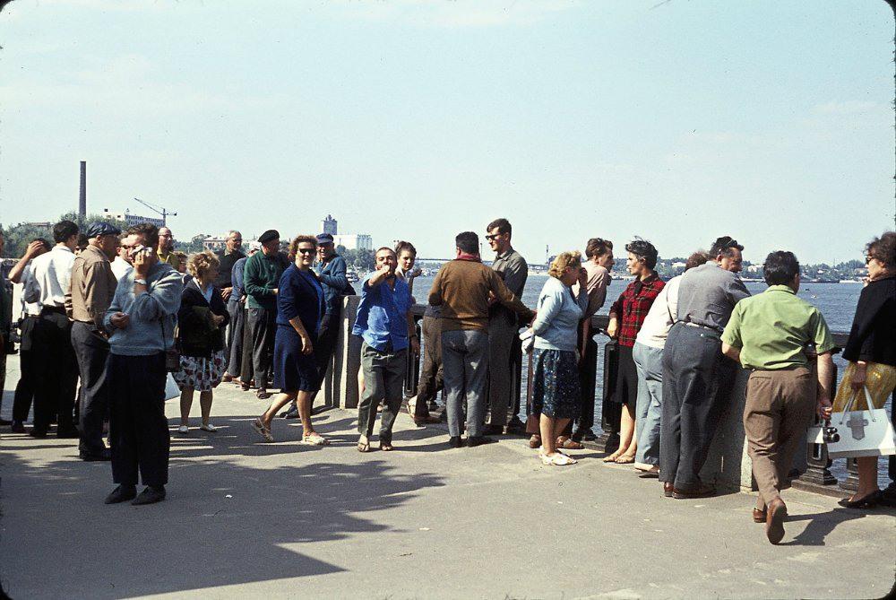 """6 Народ, ожидающий катер или """"Ракету"""" на Речном вокзале. В те годы речной транспорт был очень развит и играл роль, сравнимую с сегодняшними пригородными маршрутками."""