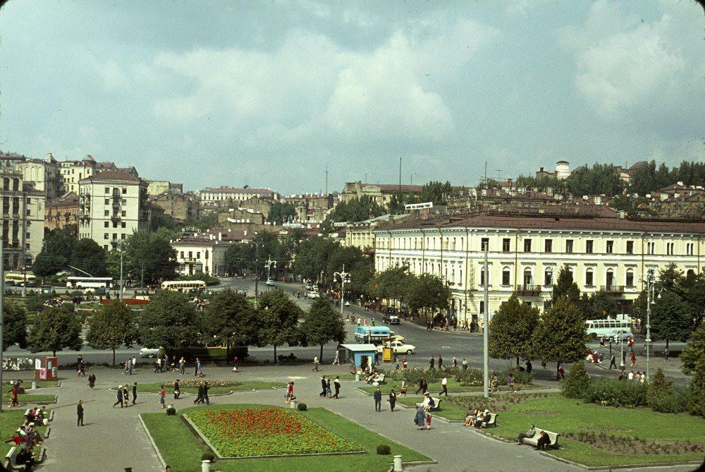 12 Вокруг фонтана в глубине площади разворачиваются 4-й (позже 16-й) и 18-й троллейбусы.