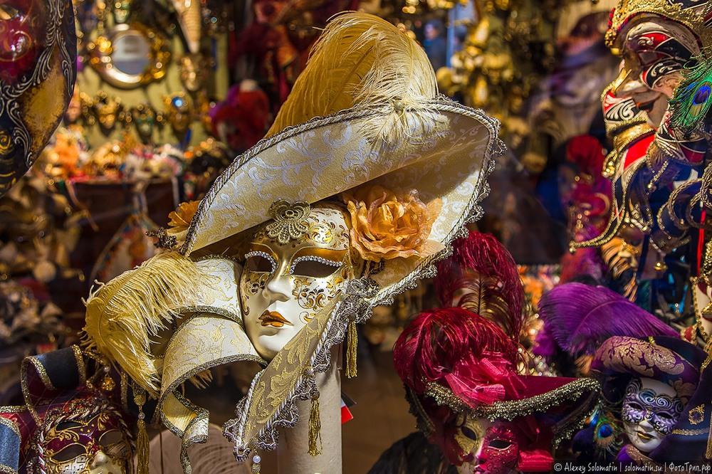 1 История венецианских масок уходит в 11 век, когда на территории Венеции господствовала эпидемия чумы. Венецианцы считали, что если закрыть лицо маской, то смерть может пройти мимо не узнав выбранного ей человека.