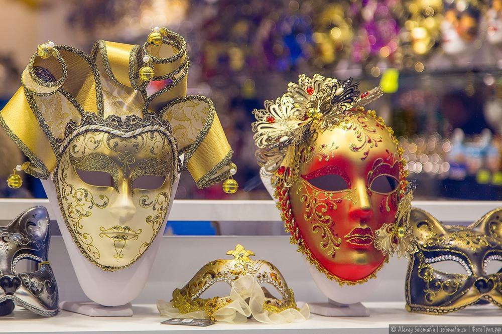 3 К концу 15 веку в Венеции появилась профессия — масочник, которая была официально зарегистрирована. В середине 16 века появляется комедийный уличный театр Дель Арте, в котором активно используются маски и создаются образы.
