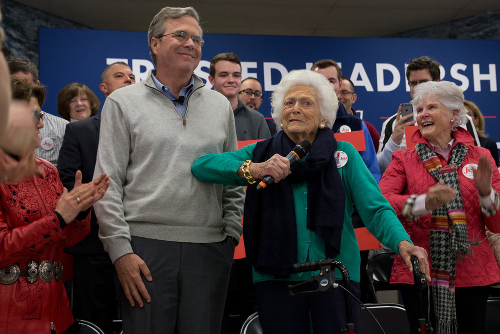 7 Февраль. Jeb Bush with his mother, the former first lady Barbara Bush, at a rally before the New Hampshire primaries.Stephen Crowle