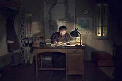 1 Короткий живет в деревянном вековом доме в ныне заброшенном поселке Ходовариха. Все метеоданные он заносит в специальный журнал.