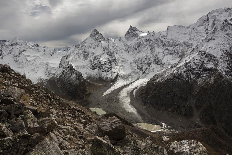 как капли слез в ладонях великана, лежат озера средь камней и льда... Автор: Эстелла