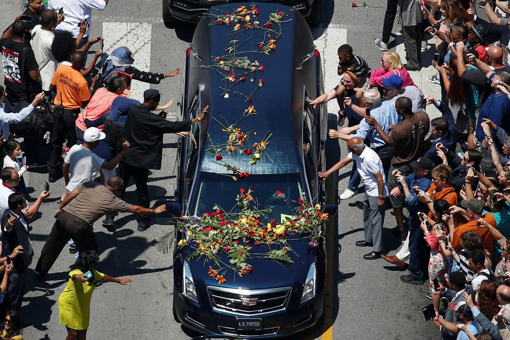 23 Июнь. Mourners touched and tossed roses onto the hearse that carried Muhammad Ali's body through his hometown to Cave Hill Cemetery.Adrees Latif/Reuters
