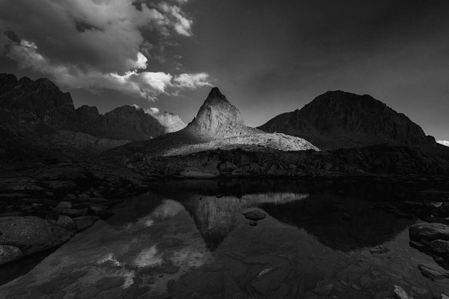 21 «Черно-белое», победитель среди молодых фотографов. Вечер в калифорнийских горах. Автор: John Morris