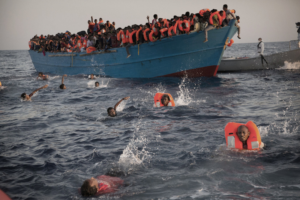 33 Сентябрь. Migrants, mostly from Eritrea, jumped into the water as they were rescued. Encountering about 20 boats, nongovernmental groups and Italian naval ships saved about 3,000 people in the day's operation.Emilio Morenatti