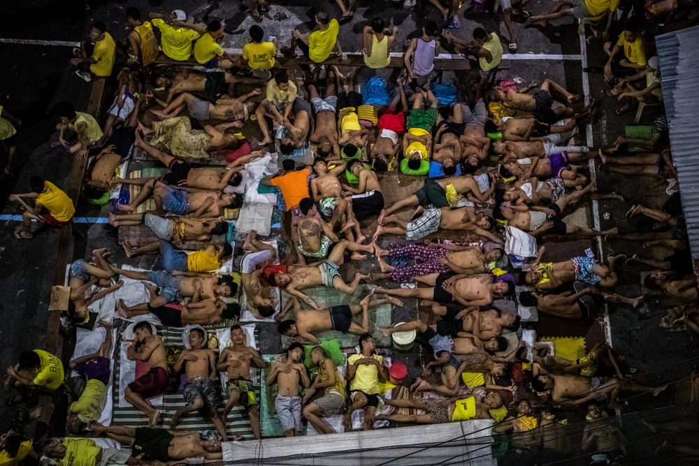 39 Октябрь. President Rodrigo Duterte's ruthless antidrug campaign led to overcrowded prisons. At this city jail, inmates took turns sleeping in any available space, including a basketball court.Daniel Berehulak