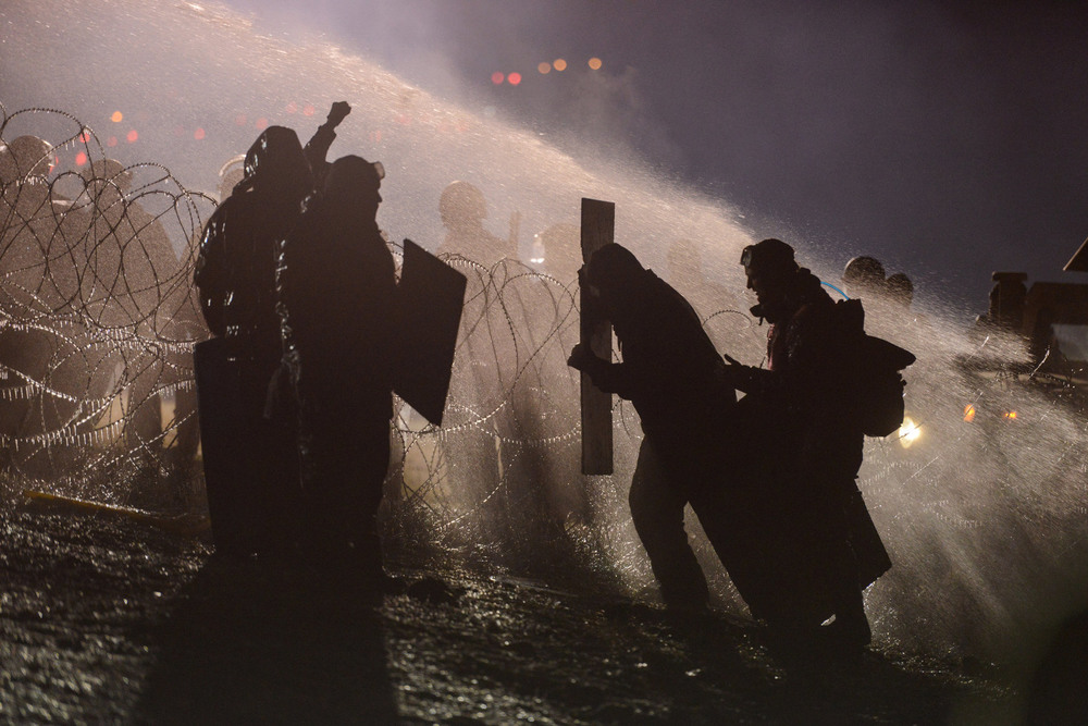 43 Ноябрь. In freezing weather, police officers used a water cannon on people protesting plans to pass an oil pipeline near the Standing Rock Indian Reservation.Stephanie Keith/Reuters