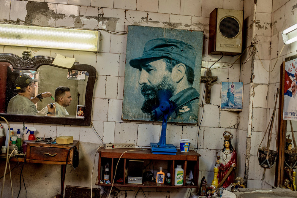 45 Ноябрь. A hair salon with an image of Fidel Castro, who led Cuba for almost half a century. He died on Nov. 25 at the age of 90.Tomas Munita