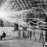 2 Никола Тесла в своей лаборатории.