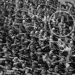 3 Единственный человек в толпе отказался от нацистского приветствия, 1936.