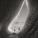 9 Грот в айсберге сфотографировали во время британской антарктической экспедиции, 5 января 1911.