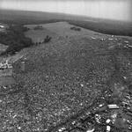 10 Огромная толпа людей, собравшихся на первый рок-фестиваль Вудсток, 1969.