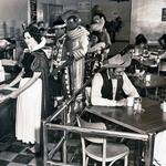 13 В кафе для сотрудников Диснея, 1961.