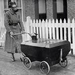 15 Женщина с коляской, устойчивой к газу, Англия, 1938.