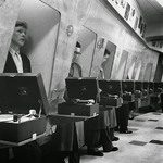 19 Посетители в лондонском музыкальном магазине, 1955.
